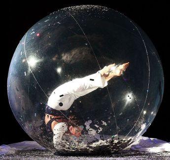 contortionist Elena en bulle